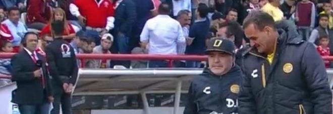 Maradona, show per la vittoria: Diego balla nonostante le stampelle