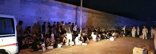 Migranti, 84 sbarcano in Salento con minori e donna incinta. Nave quarantena a Lampedusa