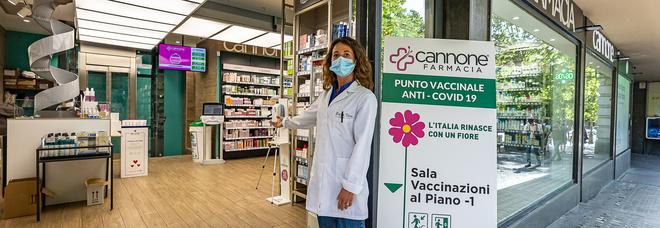 Vaccino a Napoli, via alle dosi Pfizer in farmacia: un furgone refrigerato per il trasporto
