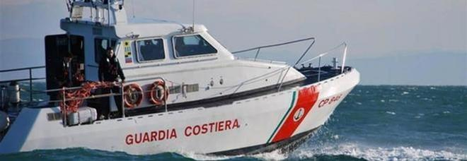 Barca in avaria nel golfo di Sorrento: