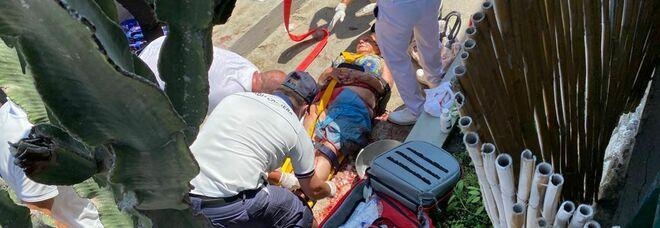 Incidente a Capri, bus di linea precipita a Marina Grande: morto l'autista, un bambino tra i quattro feriti più gravi
