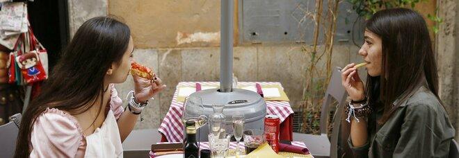 Prezzi, a Napoli arriva il salasso riaperture: più cari spritz e centri estetici