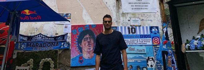 Napoli, Candreva turista in città: lo scatto al murales di Maradona