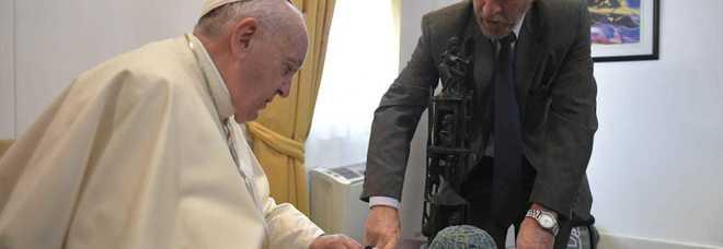 Papa Francesco si commuove: «Da piccolo giocavo anche io con un pallone di stracci come questo»