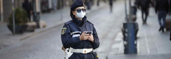 In strada senza mascherina, aggredisce due vigili urbani a Napoli