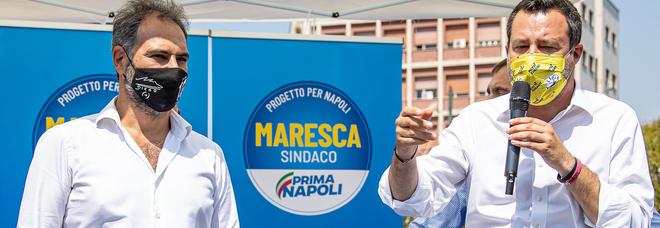 Comunali a Napoli, Salvini sul palco per Maresca attacca de Magistris e De Luca: «E la camorra è merda»