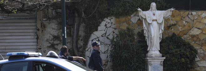 Napoli zona rossa, scoperto parrucchiere abusivo a San Giovanni: multate due clienti