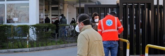 Napoli, contagiata in ospedale ora in padiglione Covid: «Situazione da campo militare»