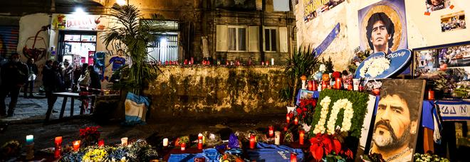 Maradona il santo laico di Napoli: ora è come Virgilio mago