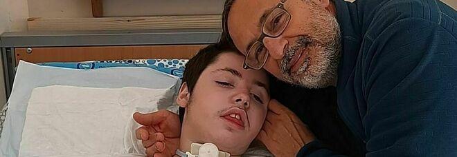 Pompei, l'appello disperato di un papà: «Mio figlio ha una malattia rara, aiutatemi a curarlo in casa. Non deve morire da solo»
