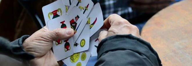Partita a carte nel b&b in via Depretis, multati quattro amici a Napoli