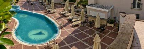 Morta in piscina a Sperlonga, svolti in forma privata i funerali di Sara