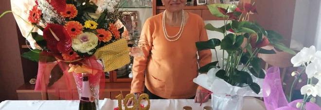 Cento anni, la festa di nonna Maria corre sul filo del suo cellulare