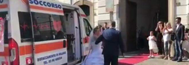 Matrimonio In Ambulanza : Insolito matrimonio a massa lui arriva in ambulanza lei in