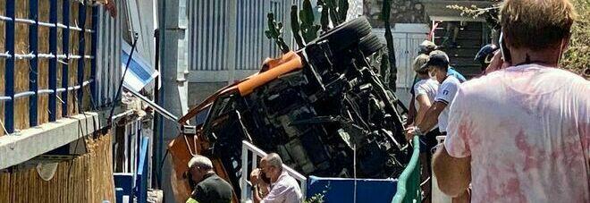 Capri, incidente bus: «Curve troppo strette, è una tragedia annunciata»