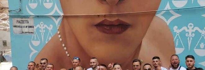 Napoli, i parenti di un boss siciliano in pellegrinaggio al murale di Ugo Russo