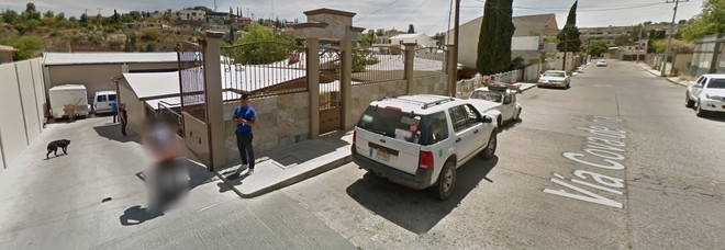Passa la Google Car e la sua reazione è... hot: censura nella Street View su Maps