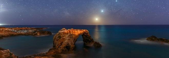 Corteo celeste formato da Luna, Venere, Giove e dalla stella Antares, che sorgono uno dopo l'altro dal mare della costa di Siracusa. (fonte: Dario Giannobile) © ANSA/Ansa