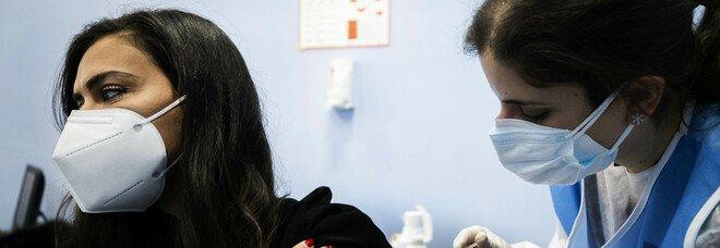 Vaccini, sette positivi al Coronavirus dopo la prima iniezione a Napoli: «Ma il farmaco non c'entra»