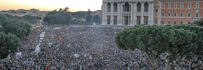 Sardine, diretta Roma. Questura: 35.000 in piazza. Sartori: «Obiettivo raggiunto». Tutti cantano Bella Ciao
