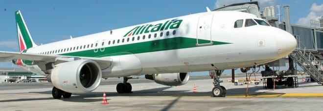 Alitalia paga metà stipendio ai dipendenti. I commissari: «In attesa del finanziamento»