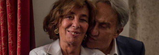 Emilio Fede a Napoli, la polizia alle 4 di notte in hotel: «Sono ai domiciliari ma volevo partecipare ai funerali di mia moglie»