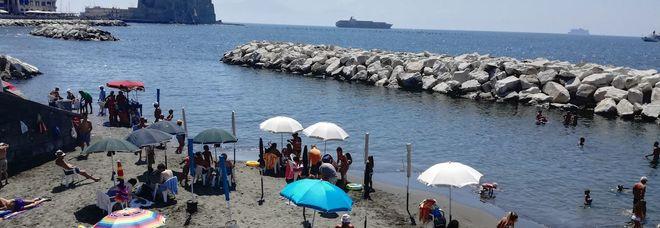 Vendita Ombrelloni Da Spiaggia Napoli.La Spiaggia Della Colonna Spezzata E Diventata Un Lido Abusivo Il