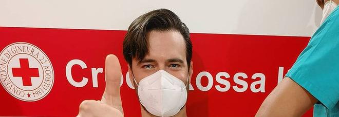 Giulio Berruti vaccinato, bufera social sul compagno della Boschi: «Privilegiato». Ma lui spiega: «Sono un dentista»