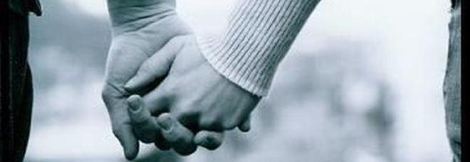 la moglie sparisce, il marito fa la denuncia ma poi la trova mano nella mano con l`amante