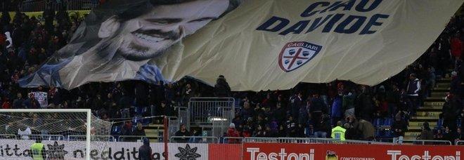 Lo striscione apparso allo stadio Sardegna Arena per ricordare il calciatore Davide Astori
