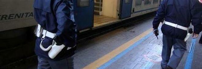 Napoli, sorpresi a rubare sul treno tra Roma e Lecce: due arresti