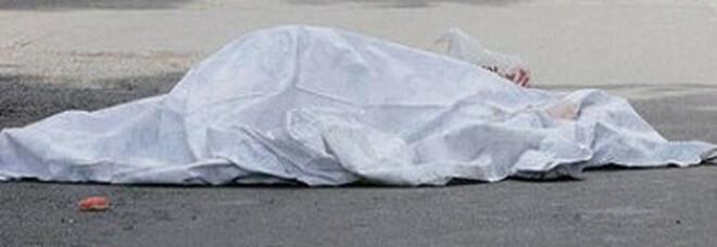 Precipita dal tetto durante i lavori edili, operaio 30enne morto sul colpo