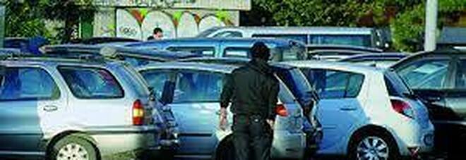 Parcheggiatore abusivo con documenti falsi: arrestato dalla polizia a Napoli