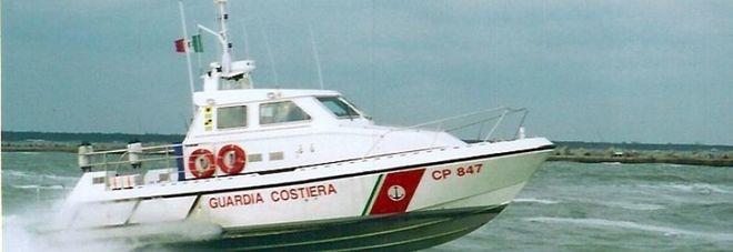 Si ribalta barca a Capo Miseno, in tre salvati dalla guardia costiera