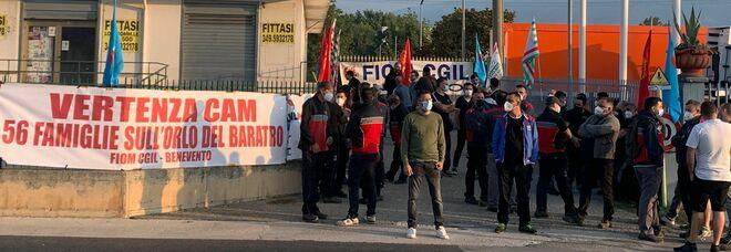 Cam, stop produzione: protesta degli operai, una giornata di sit in