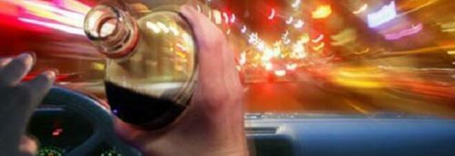 Drogato e ubriaco alla guida, nell'auto una giovane cubana: denunciato a Napoli