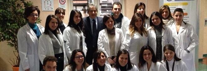 Il professor Antonio Giordano (al centro), direttore dello Sbarro Institute di Philadelphia, con i giovani ricercatori e collaboratori del Centro di ricerche oncologiche di Mercogliano dell'Istituto Pascale
