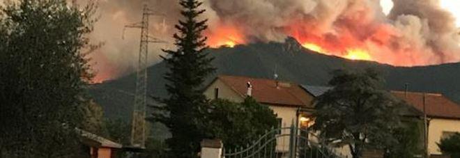 Inferno nel Pisano, brucia il monte Serra. Sindaco di Calci: «Lasciate le case». Sfollati e scuole chiuse