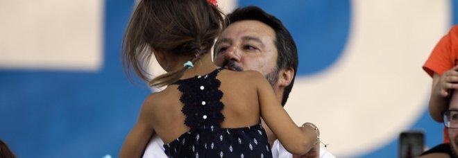 Salvini a Pontida chiude comizio con Greta, bimba di Bibbiano
