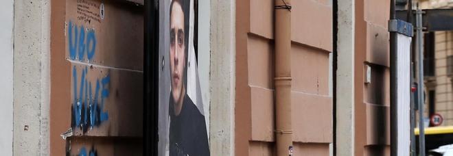Napoli: via le affissioni pirata, ma il Comune «salva» la foto del baby rapinatore ucciso