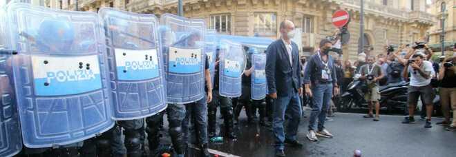 G20 a Napoli, il corteo degli antagonisti prova a forzare il blocco della «zona rossa»: lancio di oggetti contro la polizia