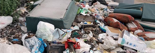 Caserta, l'inferno dei rifiuti bruciati: fumi tossici, vietato respirare