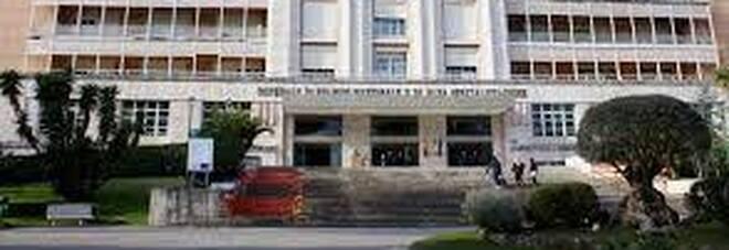 Muore di Covid a Napoli, blitz dei parenti in ospedale: «Vogliamo la salma». Calci e pugni ai sanitari, un ferito