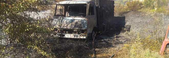 Incendio ad Atena Lucana: in fiamme veicoli dismessi