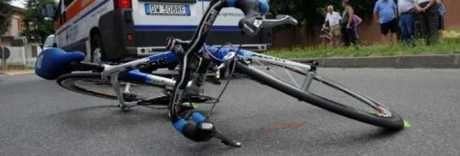 Bimbo di 10 anni cade e viene travolto dallo scuolabus