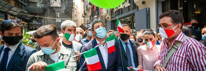 Napoli, Fico incontra gli artigiani del presepe: ecco la sua statuina