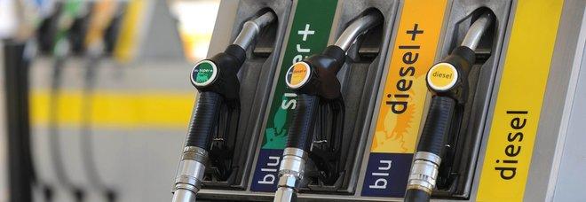 Benzina, prezzo aumenta ancora in Italia: verde a 1,559 euro/litro