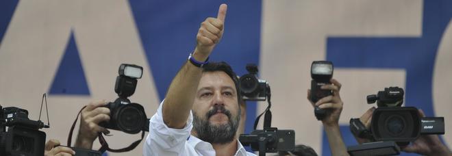 Salvini a Pontida: «È l'Italia che vincerà». Clima teso, Gad Lerner insultato e videomaker aggredito