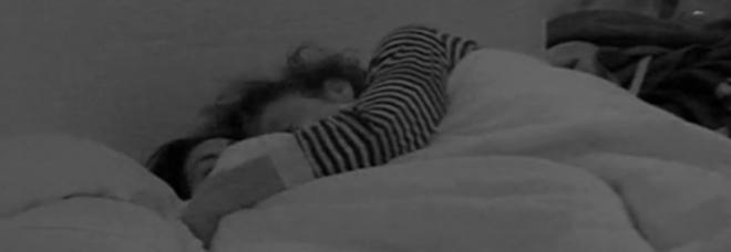Gf13 hard per angela e fabio notte sotto le coperte - Fratello e sorella a letto insieme ...