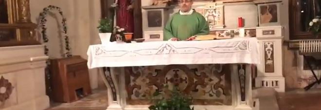 """Vitaliano fa cantare """"Soldi""""  prima della Messa"""
